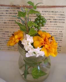 カウンターに飾られた花