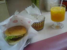 ヒカリ チーズバーガー、フライドポテト、オレンジジュース