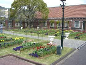 入国ゲート前の花壇