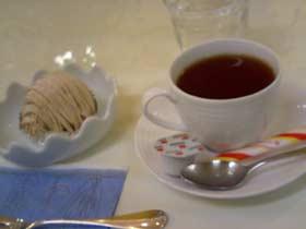 LOVE&PEACE店内にて シェ・ルイのモンブランマロン、紅茶とともに