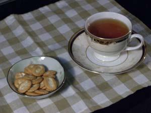 前田のクラッカーで紅茶タイム